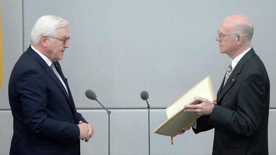 Tân Tổng thống Đức Frank-Walter Steinmeier tuyên thệ nhậm chức trước Chủ tịch Quốc hội Đức, GS TS Norbert Lammert. Ảnh: © Deutscher Bundestag